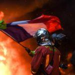 Ora la Francia rischia di esplodere<br> La piazza invoca il generale de Villiers