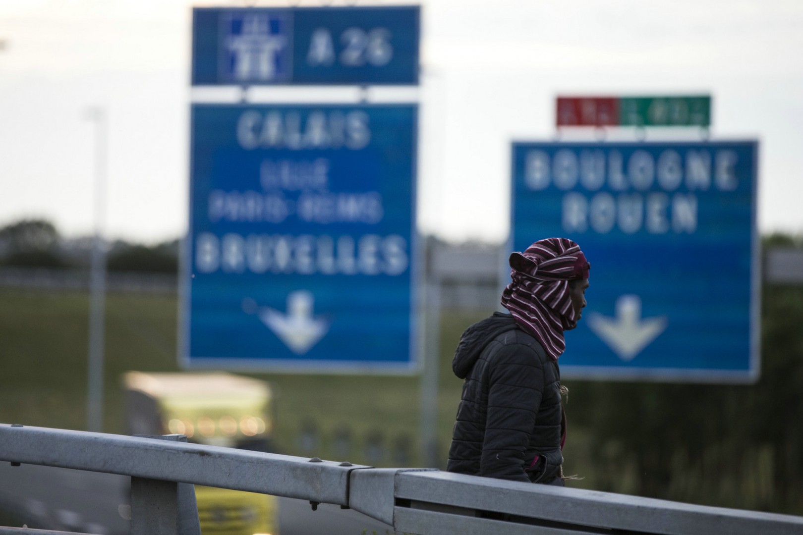 (150809) -- CALAIS, Aug. 9, 2015 (Xinhua) -- A migrant walks next to the Shuttle railroad looking for a chance to jump over the fence and access the Channel Tunnel, in Calais, northern France, Aug. 6, 2015. Calais, where the French end of the Channel Tunnel is located, has been flooded by growing flows of migrants mainly from Libya, Eritrea, Sudan and Syria who fled war, insecurity and poverty. Camping out in Calais zone, they are trying to board lorries and trains heading to Britain in hope to find a better life in London. (Xinhua/Franck Mahe)