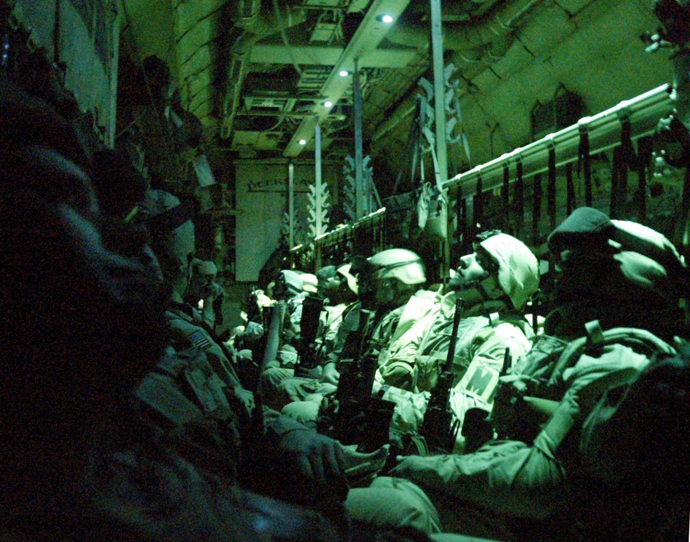 ©BHE/ReflexNews/Lapresse 31-01-2005 Ali Al Salem, Camp Buhering, Kuwait Esteri Soldati USA della 42ma Military Police Company nella base militare di Camp Buhering in Kuwait attendono di essere trasferiti in Iraq Nella foto: soldati seduti nel C-130 che li porterˆ in Iraq Only Italy