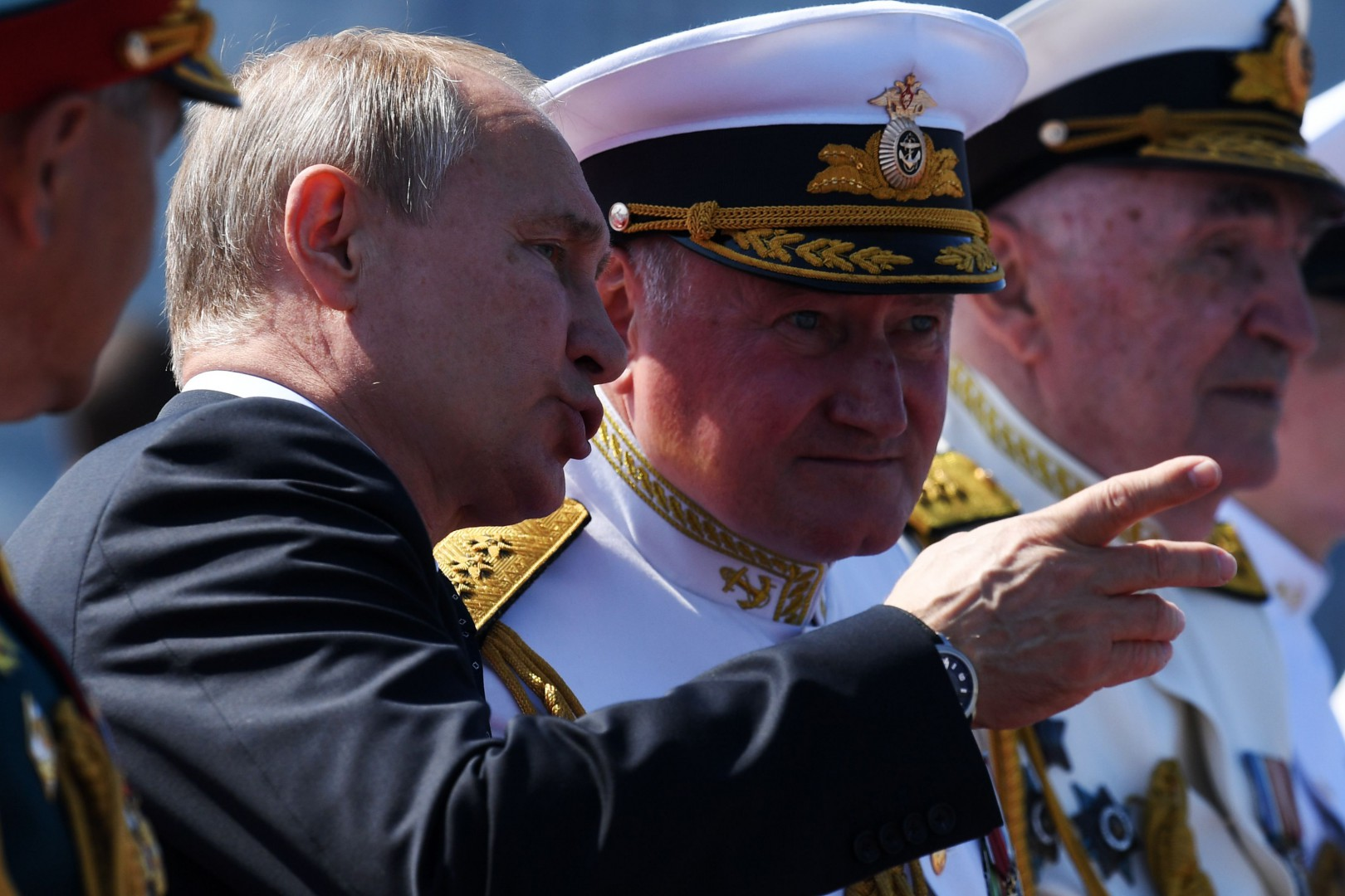 Russian President Vladimir Putin and Commander-in-Chief of the Russian Navy Admiral Vladimir Korolev watch the Navy Day parade in Saint Petersburg on July 29, 2018. / AFP PHOTO / Kirill KUDRYAVTSEV