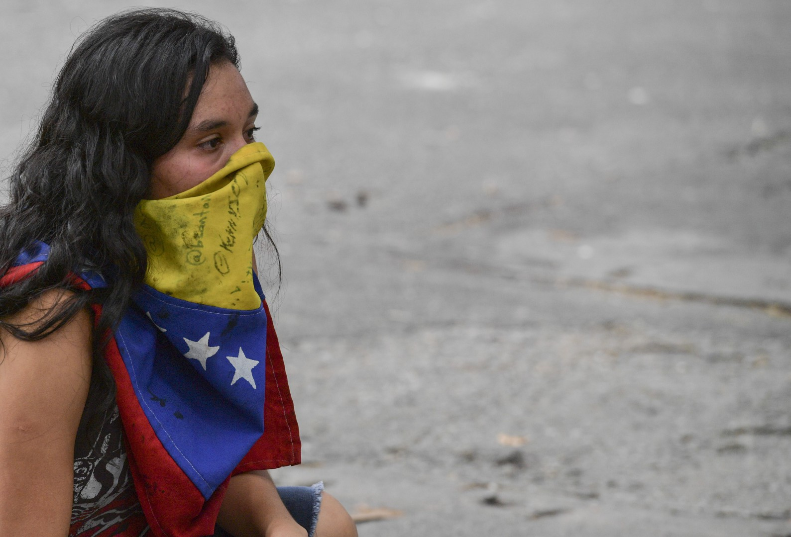 A student of the Caracas' Central University is pictured during clashes with riot police, in the framework of a demonstration marking the University Student Day in Caracas, on November 21, 2018. (Photo by YURI CORTEZ / AFP)