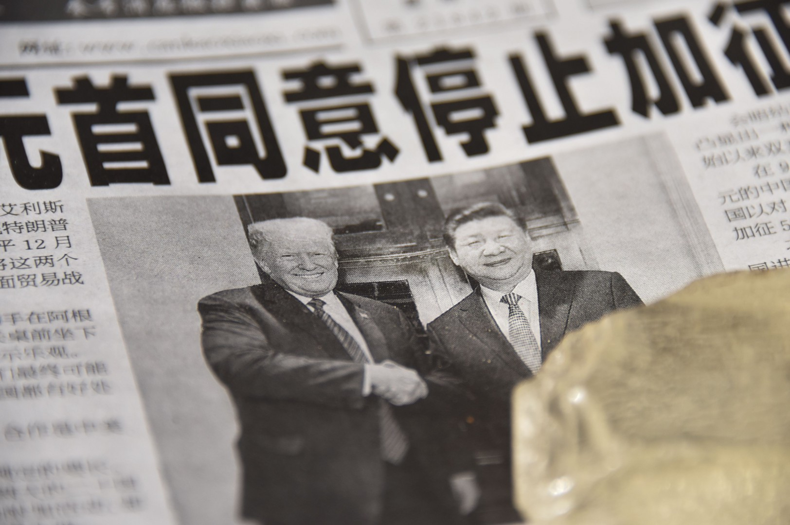 """A newspaper featuring a front page story about the meeting between US President Donald Trump and Chinese President Xi Jinping as seen at a news stand in Beijing on December 3, 2018. - The headline says the two leaders agreed not to increase tarrifs. China's state-run media hailed the trade war truce with the United States as """"momentous"""" on December 3 but warned of complex negotiations ahead, even as President Donald Trump said Beijing agreed to cut car tariffs. (Photo by GREG BAKER / AFP)"""