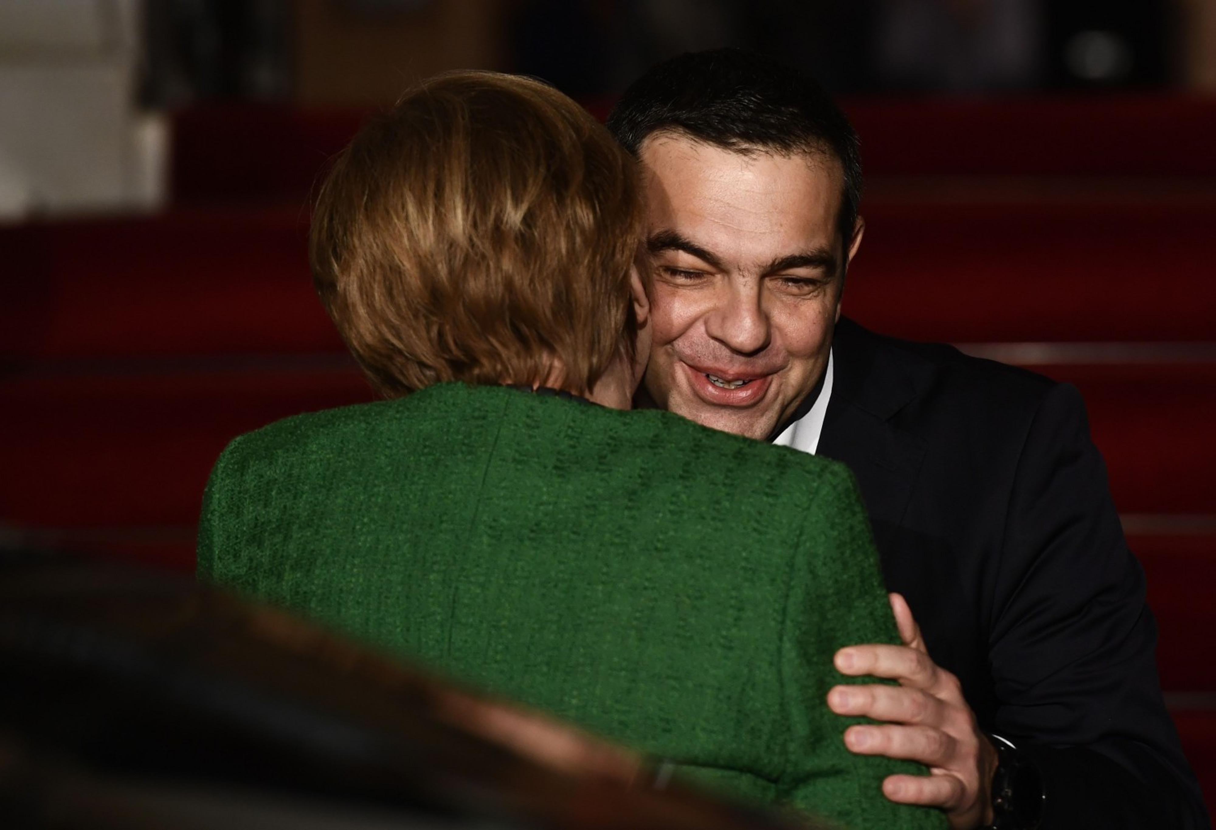 Tsipras si inchina alla Merkel. Così Atene si è arresa a Berlino
