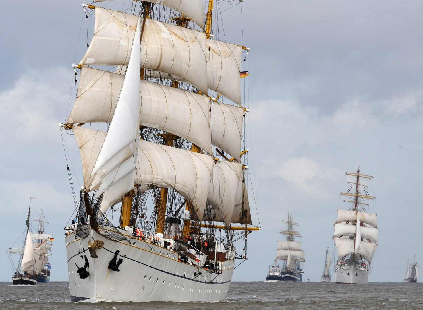 The tall ship 'Gorch Fock' (2-L) of the German Navy, the Russian 'Kruzenstern' (3-L, black hulk), the Russian 'Mir' (4-L) and the Polish 'Dar Mlodzezy' (5-L)of the maritime University in Gdynia meet during the Windjammer festival 'Sail 2010' in Bremerhaven, Germany, 25 August 2010. More than 200 ships from 15 nations participate in the maritime festival (25-29 August 2010). Around one million visitors are expected to come to the sailing encounter in Bremerhaven. Photo:†Ingo Wagner