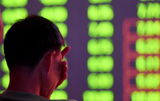 (150824) -- LUOYANG, Aug. 24, 2015 (Xinhua) -- An investor looks through stock information at a trading hall of a securities firm in Luoyang, central China's Henan Province, Aug. 24, 2015. China stocks nosedived on Monday with the benchmark Shanghai Composite Index dropping 8.49 percent to close at 3209.91 points, the sharpest decline since Feb. 27, 2007.  The smaller Shenzhen Component Index fell 7.83 percent to close at 10,970.29 points. The ChiNext Index, tracking China's Nasdaq-style board of growth enterprises, lost 8.08 percent to end at 2,152.61 points. Near 2200 shares tumbled by the daily limit of 10 percent. (Xinhua/Zhang Yixi) (lfj)