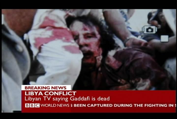 Le immagini del corpo del Colonnello Gheddafi (LaPresse)