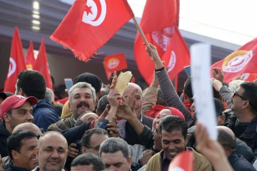 Tunisian protesters chant slogans during a civil servants general strike after the failure of negotiations with the government on salary increases in the capital Tunis on November 22, 2018. (Photo by Fethi Belaid / AFP)