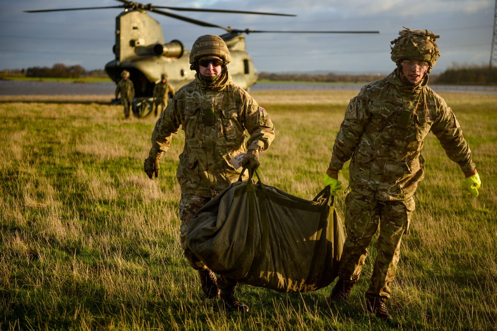 MoD handout photo of British Army soldiers and an RAF air crew working together to airlift more sandbags into a river breach just outside Croston, Lancashire, after it collapsed as Storm Frank battered parts of the UK yesterday. PRESS ASSOCIATION Photo. Picture date: Thursday December 31, 2015. See PA story WEATHER Floods. Photo credit should read: Cpl Jamie Dudding (ARMY)/MoD Crown Copyright/PA Wire  NOTE TO EDITORS: This handout photo may only be used in for editorial reporting purposes for the contemporaneous illustration of events, things or the people in the image or facts mentioned in the caption. Reuse of the picture may require further permission from the copyright holder.  LaPresse Only italy Alluvione Regno Unito, continua l'intervento dell'esercito nelle zone colpite