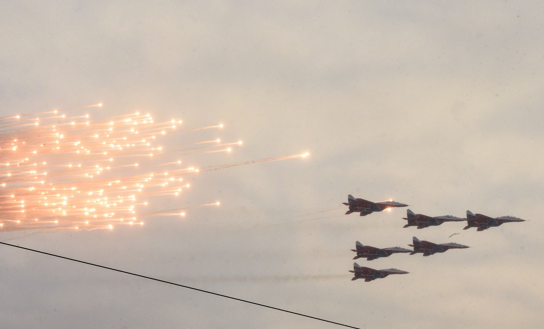 TOPSHOT - Russian military jets fly during the military parade marking the 75th anniversary of the lifting of the Nazi siege of Leningrad, at Dvortsovaya Square in Saint Petersburg on January 27, 2019. - Tanks and air defence missile systems rolled through the heart of Saint Petersburg on Sunday as the city formerly known as Leningrad marked the 75th anniversary of the end of a World War II siege that claimed more than 800,000 lives. (Photo by OLGA MALTSEVA / AFP)