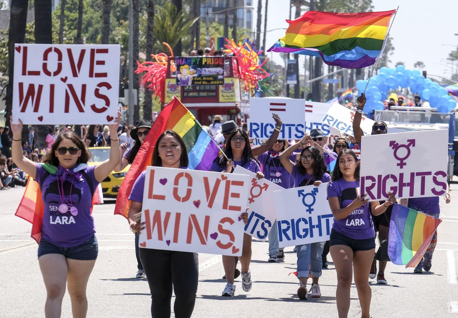 6月21日,在美国洛杉矶长滩市,民众走在游行队伍中。当天,数千民众参加了长滩市第34届同性恋同志骄傲大游行。新华社发 (赵汉荣摄) Thousands of people take to the streets for the 34th Annual Lesbian and Gay Pride Parade in Long Beach, California, the United States, on May 21, 2017. (Xinhua/Zhao Hanrong)