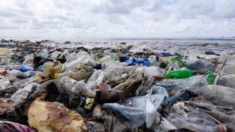 Accumuli di plastica a Bao Beach, non lontano da Dakar (LaPresse)