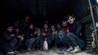 Rifugiati catturati dall'esercito di frontiera turco (LaPresse)