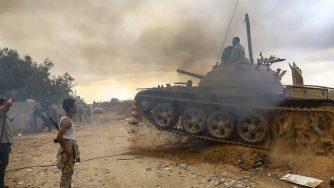 Miliziani legati a Fayez al Sarraj combattono alle porte di Tripoli (LaPresse)