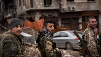 Soldati legati a Bashar al Assad presidiano la città di Aleppo (LaPresse)