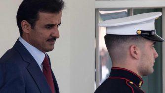 L'emiro del Qatar Tamim bin Hamad al-Thani mentre lascia la Casa Bianca (LaPresse)