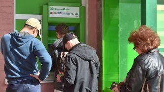 Persone in coda a un bancomat in Ucraina il 18 aprile 2019 (LaPresse)