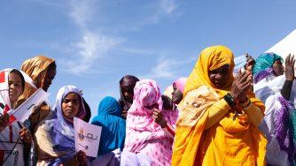 Alcune donne sfilano per le strade della Mauritania (LaPresse)