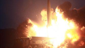 Una foto diffusa dall'agenzia nordcoreana Kcna mostra il lancio di due missili (LaPresse)