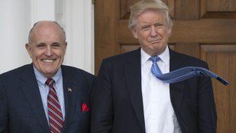 L'ex sindaco di New York Rudolph (Rudy) Giuliani con il presidente Donald Trump in New Jersey in una foto scattata il 20 novembre del 2016 (Don Emmert/Afp via LaPresse)