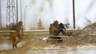 Combattenti legati al Governo di accordo nazionale combattono alle porte di Tripoli il 13 giugno del 2019 (LaPresse)