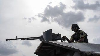Un soldato dell'esercito nigeriano in prima linea contro Boko Haram (LaPresse)
