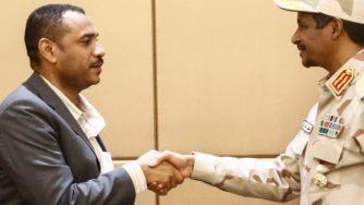 Il generale Mohamed Hamdan Daglo stringe la mano al leader delle proteste sudanesi Ahmed Rabie (LaPresse)