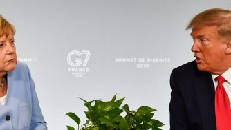 Angela Merkel e Donald Trump durante un incontro bilaterale a Biarritz (LaPresse)