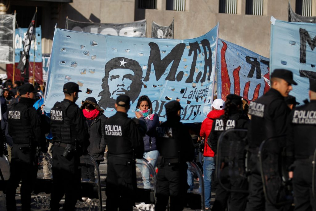 Argentina, gente in piazza per il cibo 10
