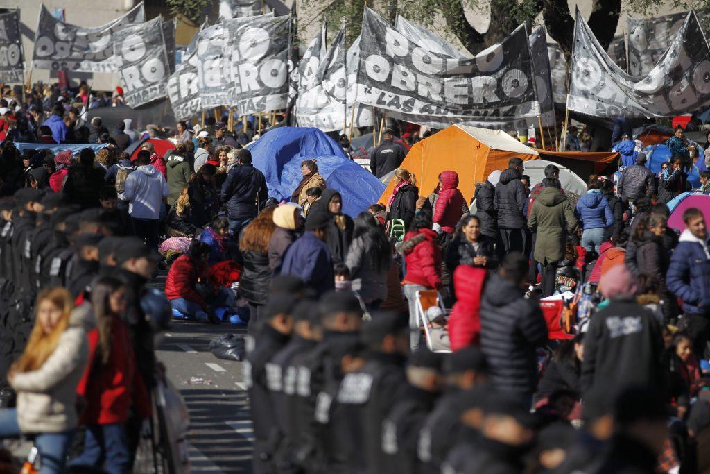 Argentina, gente in piazza per il cibo