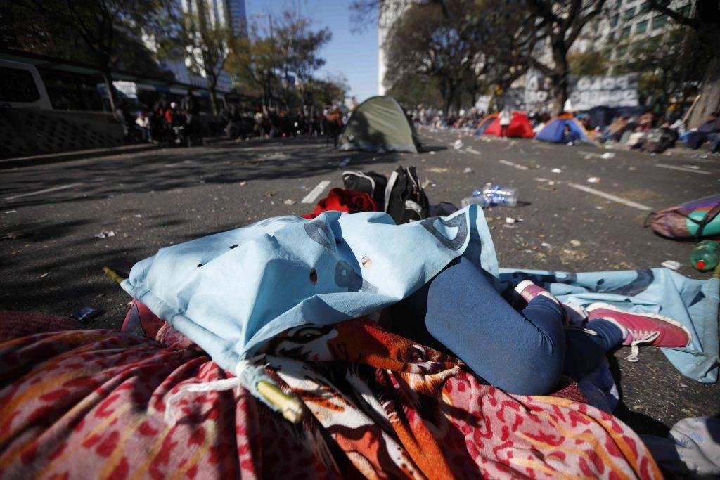 Argentina, gente in piazza per il cibo 11