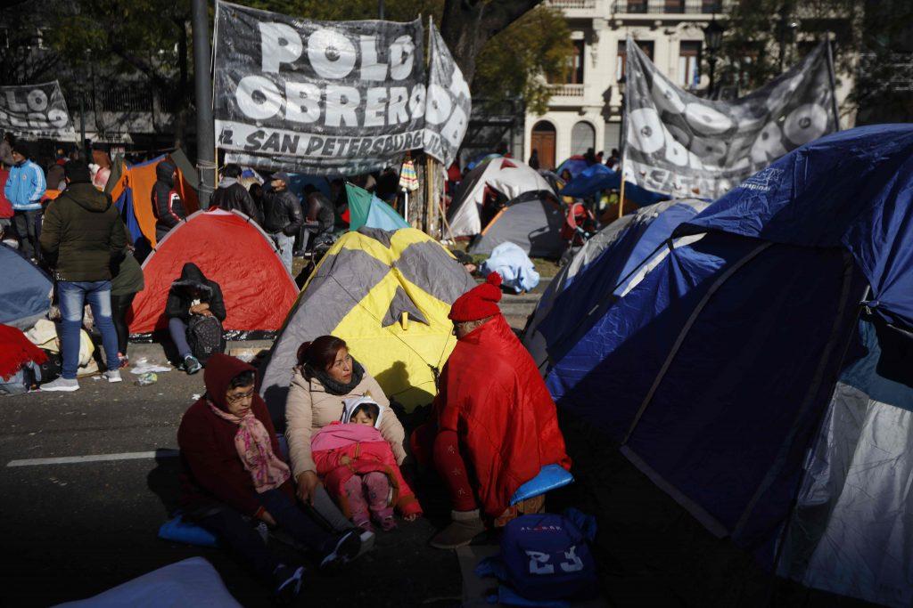 Argentina, gente in piazza per il cibo 6