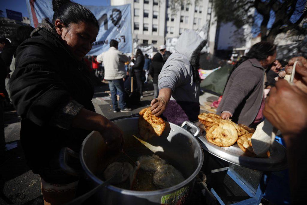 Argentina, gente in piazza per il cibo 8