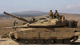 Un carro armato israeliano nelle alture del Golan, al confine con la Siria (LaPresse)