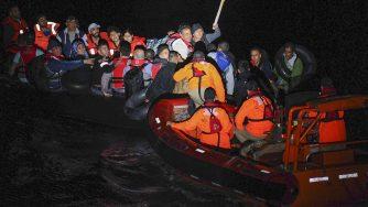 Guardia Costiera turca soccorre dei migranti nel Mar Egeo il 7 maggio del 2015, all'apice della crisi migratoria (LaPresse)