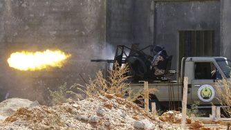 Libia, un miliziano durante la battaglia di Ayn Zara (LaPresse)