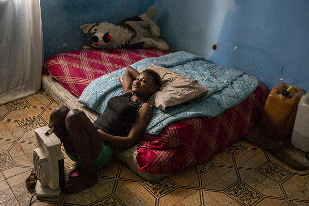 A., una ragazza nigeriana di 19 anni, nella camera in cui di solito accoglie i suoi clienti (Foto di Alessio Paduano)