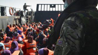 La Marina britannica salva i migranti nel Mediterraneo (LaPresse)