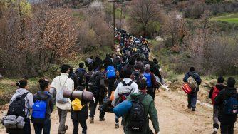 Migranti cercano una nuova via per entrare in Macedonia (LaPresse)