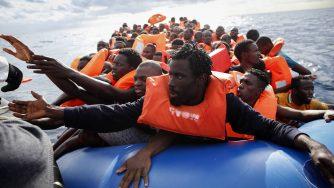 Migranti salvati nel Mediterraneo (LaPresse)