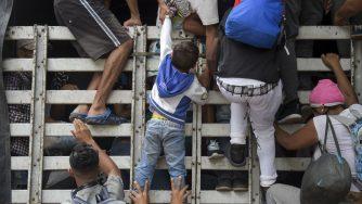 I migranti venezuelani si dirigono verso la Colombia (LaPresse)