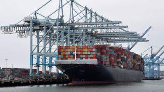 Una nave portacontainer nel porto di Los Angeles (LaPresse)