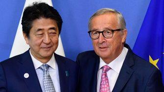 Shinzo Abe e Jean Claude Juncker (LaPresse)