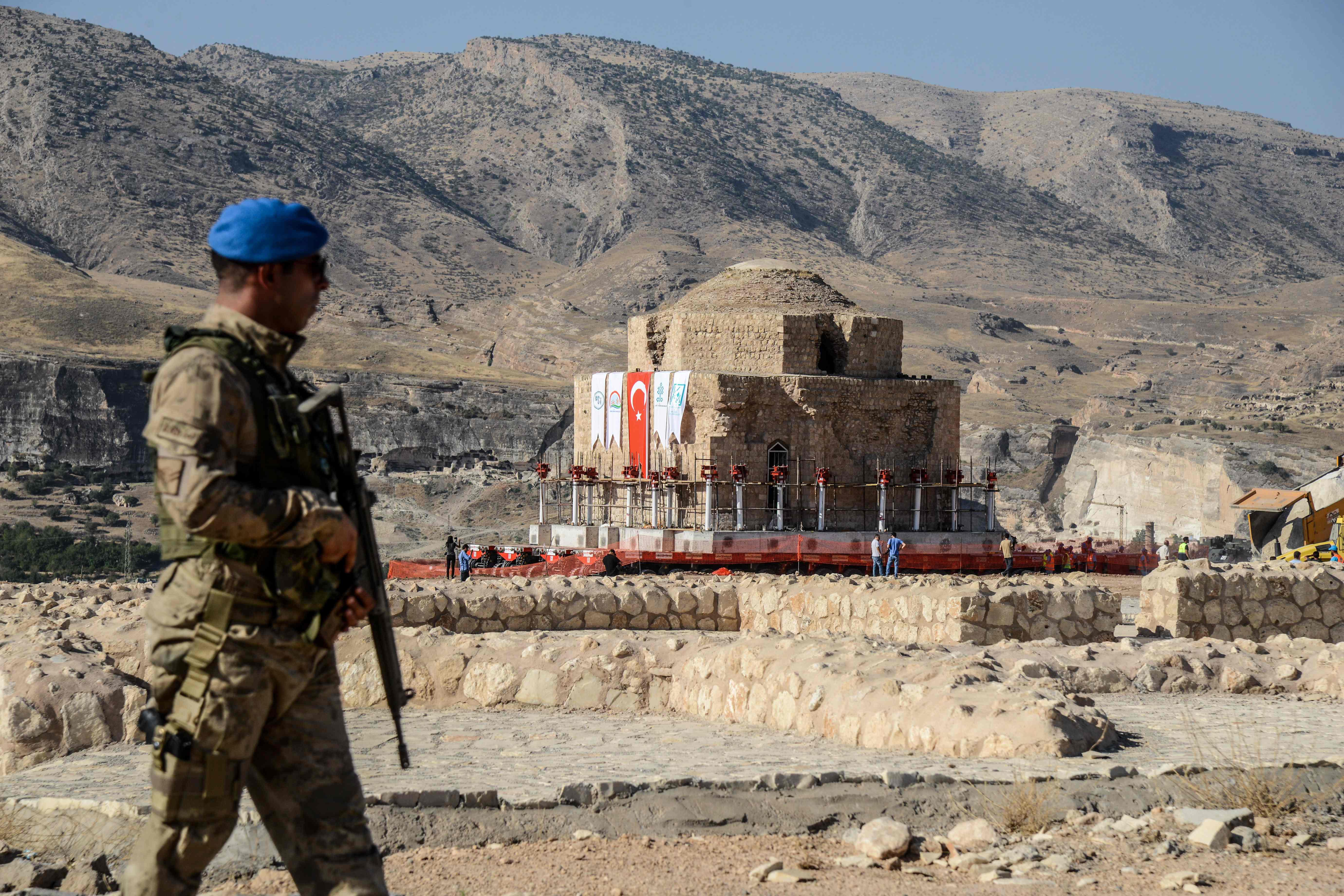 Soldati turchi a Hasankeyf (LaPresse)