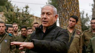 Benjamin Netanyahu passa in rassegna le forze armate israeliane (LaPresse)