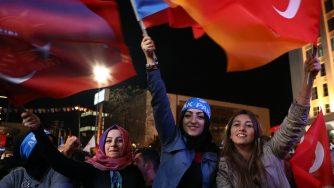 Giovani supporter dell'Akp di Recep Tayyip Erdogan (LaPresse)