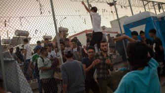 Rivolta nei migranti nel campo profughi di Moria (LaPresse)