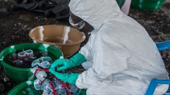 Trattamento anti ebola in Liberia (LaPresse)