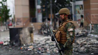 Un soldato nelle vie distrutte del Cile (LaPresse)
