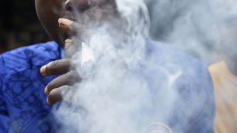 Un uomo si fuma della cannabis (LaPresse)