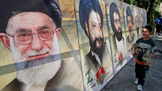 I volti dei leader sciiti raffigurati nelle vie di Sidone, in Libano (LaPresse)